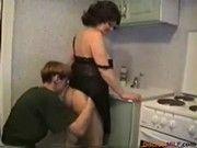 Парень ебет русскую женщину на кухне